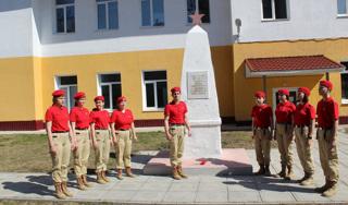 Юнармейцы возложили цветы, почтив память погибших воинов во время Великой Отечественной войны