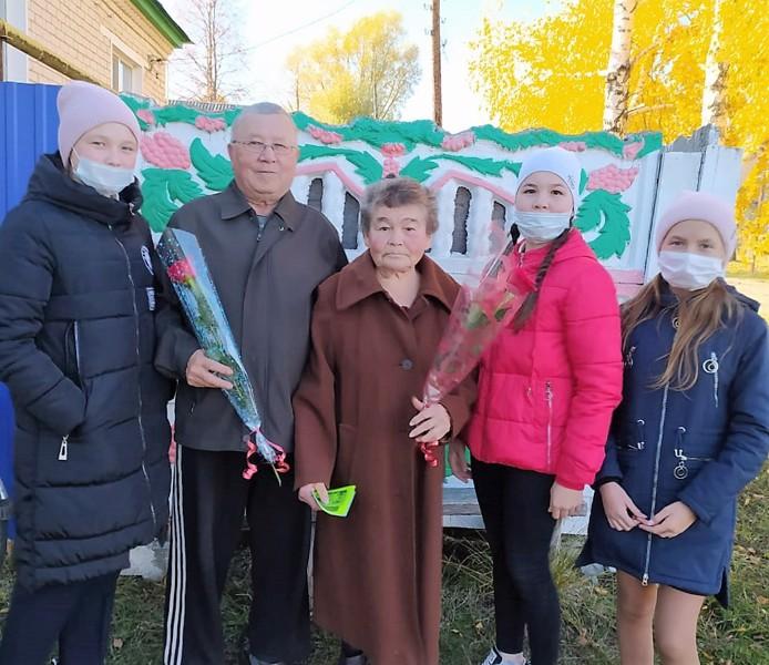 Волонтеры МБОУ «Егоркинская СОШ»  поздравили ветеранов педагогического труда  с Днем учителя.